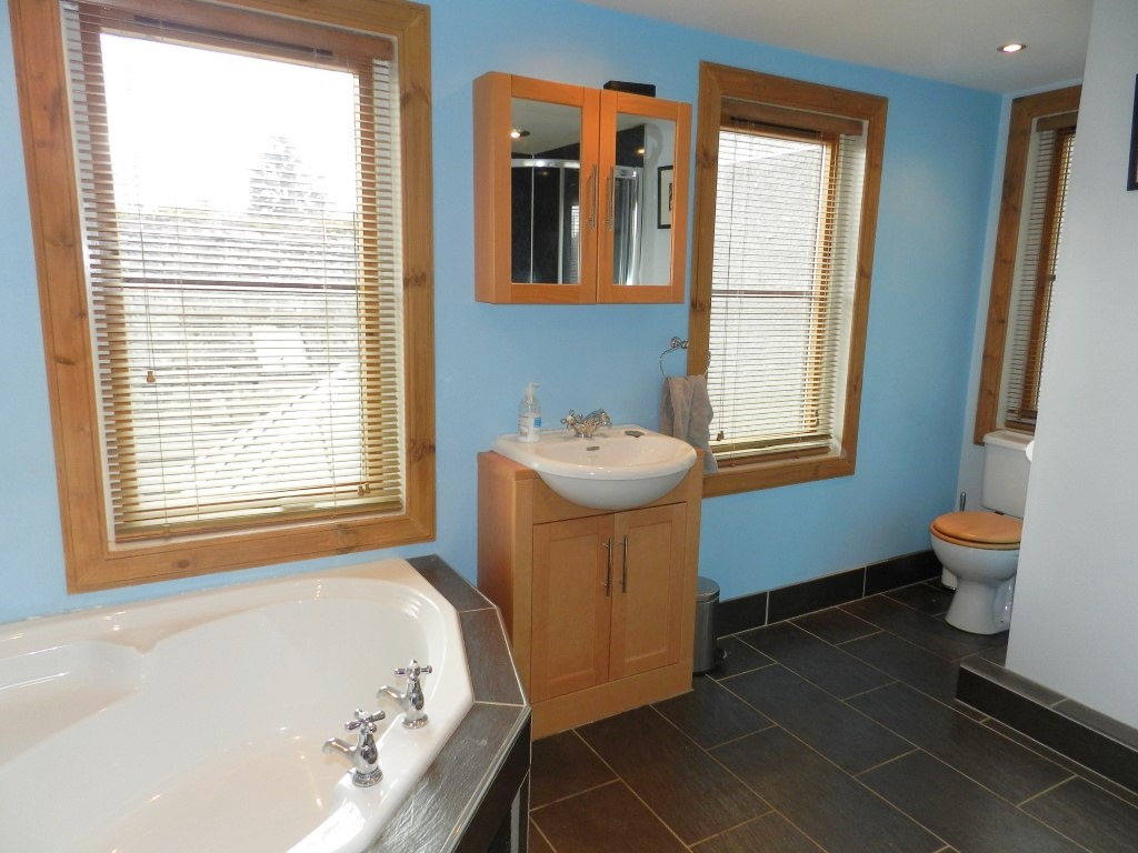 13highst_bathroom.JPG